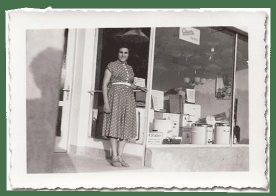 Frau Staber vor dem ersten Elektrogeschäft im Jahr 1962